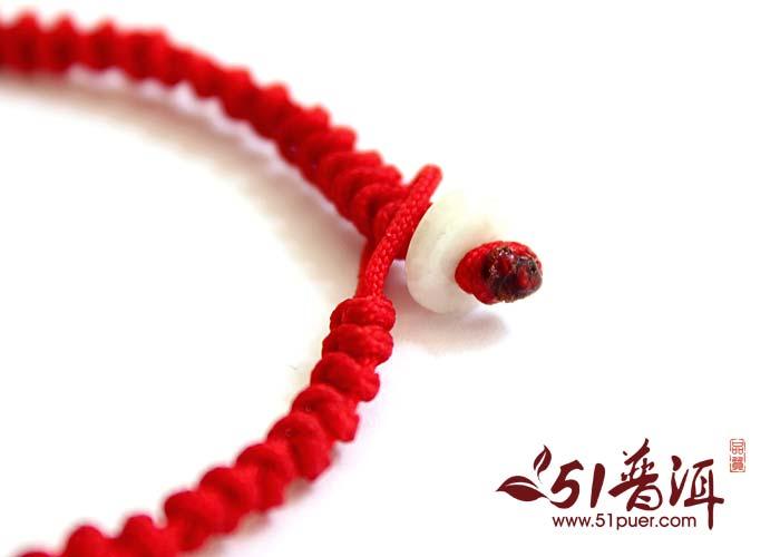 红绳手链爱情的象征:一般一对恋人会戴一样的,男左女右,就像是信物一样!叫做爱之链,代表永远在一起的意思.辟邪本命年为了辟邪都会喜欢带个红色的绳子!红色的绳子代表给自己一个好意头,什么事都平安、顺利的兆头,把不好运气带走.红绳手链也可以用于装饰,简单,时尚,漂亮。
