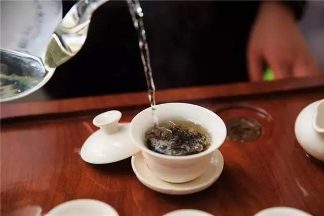 原来,泡茶除了三要素——茶水比例、水温、时间,还要讲究注水,水要冲多高,冲不冲在茶叶上,水流要怎么转圈……都会影响茶的口感。 说到注水手法,很多人只听说过悬壶高冲,注水不就是把水倒进壶里嘛,有什么好讲究的?