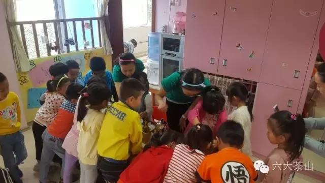 """幼儿园小朋友们举办了一场""""我是小小茶艺师""""活动,小朋友们对泡茶均"""
