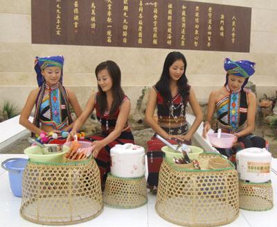 少数民族小姑娘演示茶水煮饭步骤